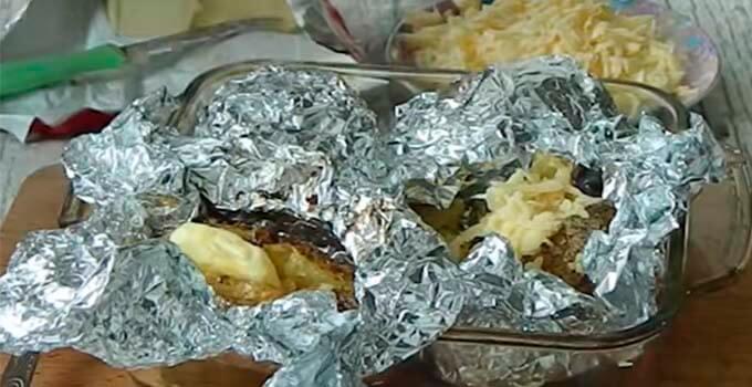 polozhit-na-kartoshku-maslo-syr