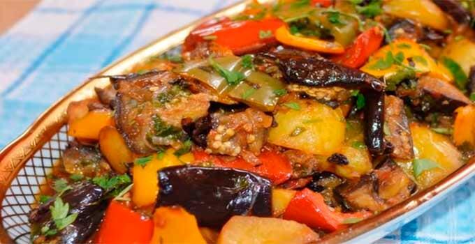 ragu-iz-baklazhanov-s-ovoshhami-i-kartofelem