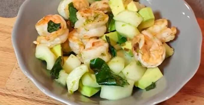 salat-s-krevetkami-ogurcom-avokado