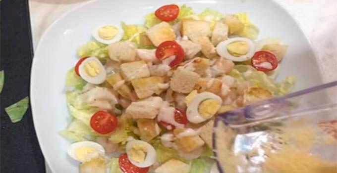 ukrasit-salat-cezar-syrom