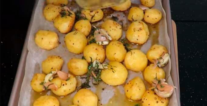 zapekaem kartofel v duhovke