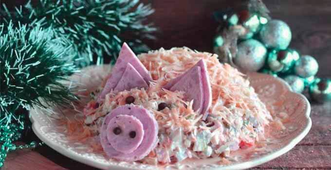salat-v-vide-svini-na-novyj-god