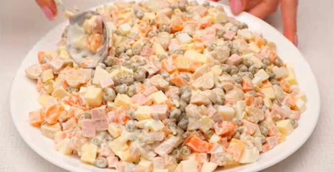 vylozhit-salat-na-bljudo