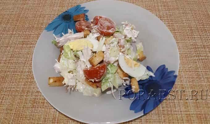 salat-cezar-s-kopchjonoj-kuricej-suharikami