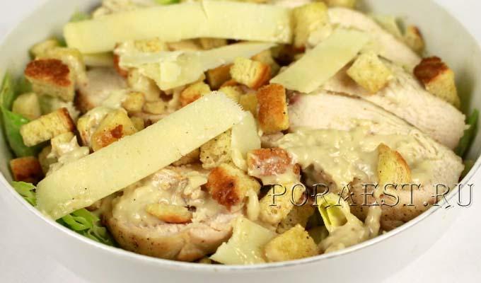 salat-cezar-s-kuricej-i-suharikami-klassicheskij