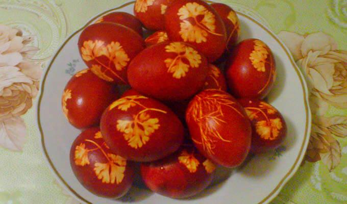 jajca-v-lukovoj-sheluhe-s-cvetochkami-iz-listev-petrushki