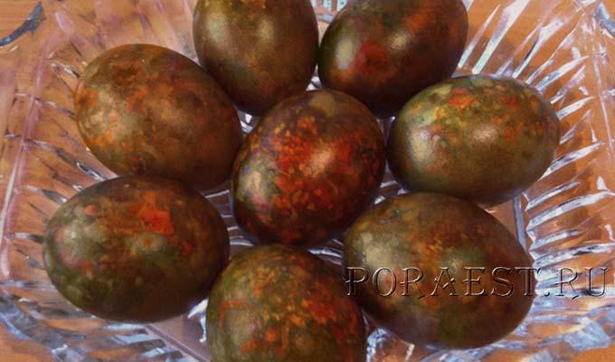 mramornye-pashalnye-jajca-s-zeljonkoj