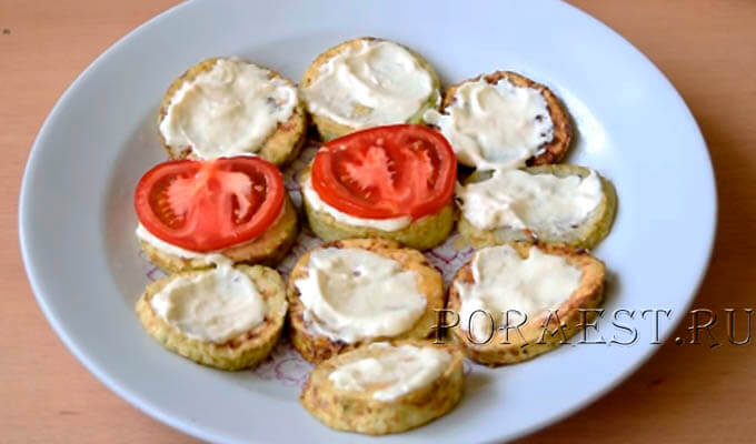 na-kabachki-vylozhit-pomidory