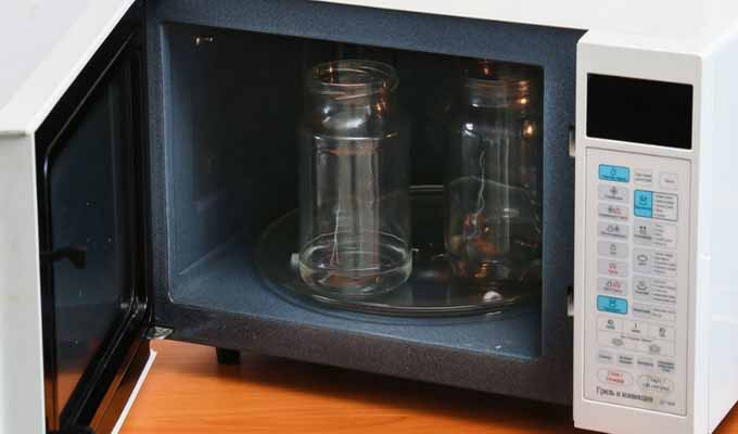 sterilizacija-pustyh-banok-v-mikrovolnovke