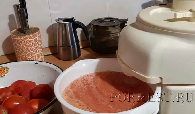 propustit-tomaty-cherez-sokovyzhimalku