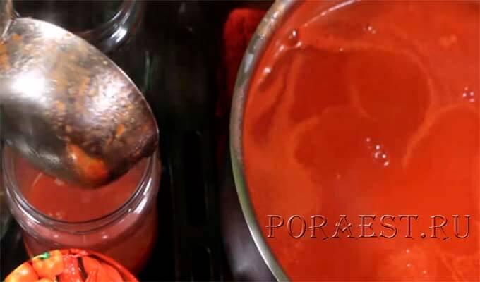 razlit-sok-iz-pomidorov-po-bankam