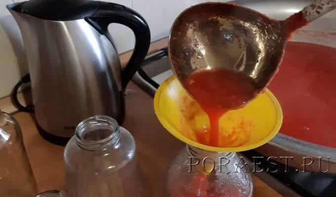 razlit-tomatnyj-sok-v-butylki