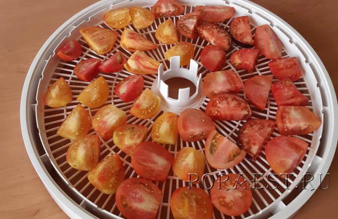 porezannye-tomaty-na-reshjotke