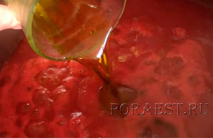 v-tomat-dobavit-specii-pripravy-maslo
