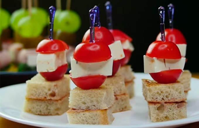 kanape-s-syrom-pomidorami