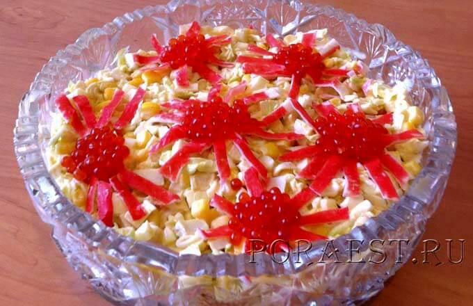 novogodnij-salat-s-krabovymi-palochkami