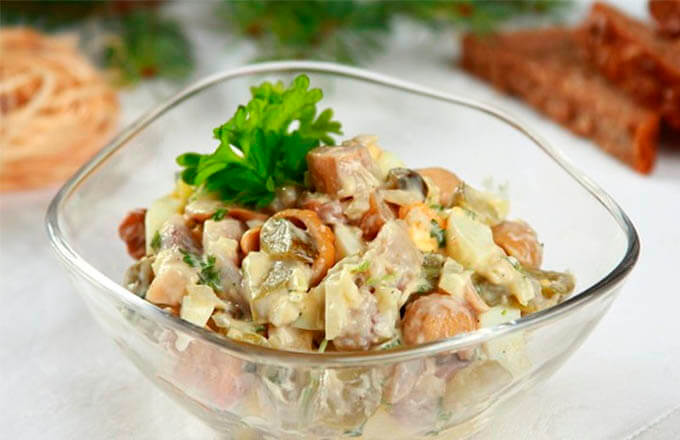 salat-s-seljodkoj-i-gribami