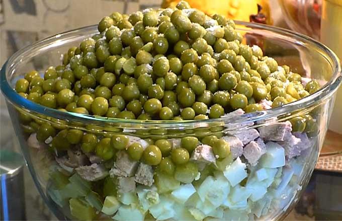 slozhit-podgotovlennye-ingredienty-v-salatnik
