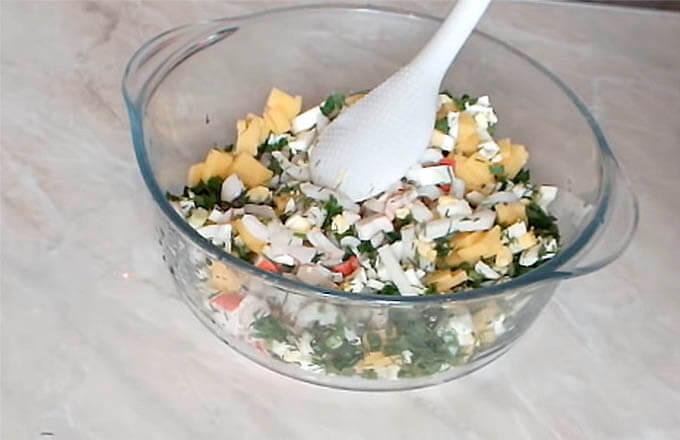 kak-sdelat-salat-s-kalmarami-i-krabovymi-palochkami