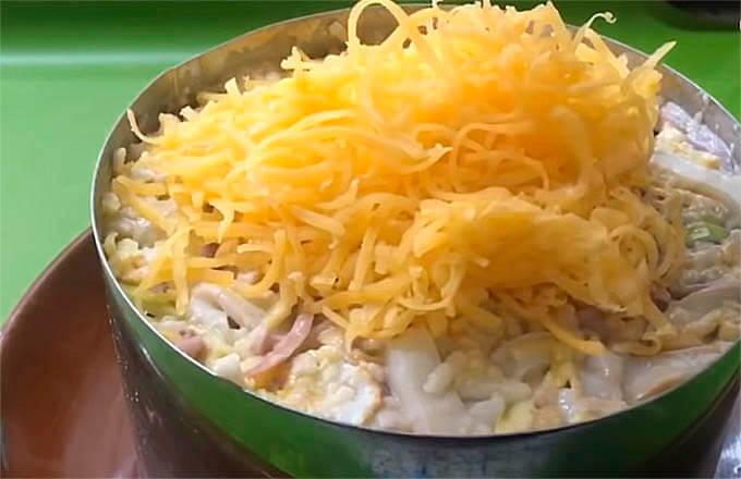 kalmarovyj-salat-s-jablokom-i-syrom