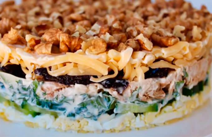 salat-damskij-kapriz-s-kuricej-i-chernoslivom