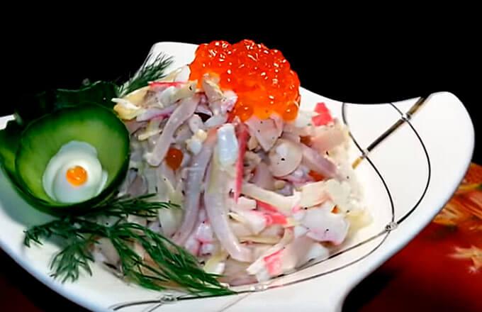 salat-s-kalmarami-krabovymi-palochkami-ikroj