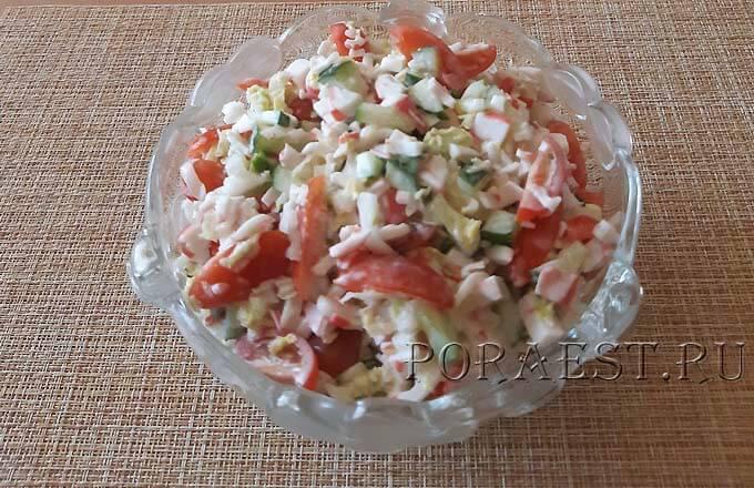 krabovyj-salat-s-kapustoj-ogurcami-pomidorami