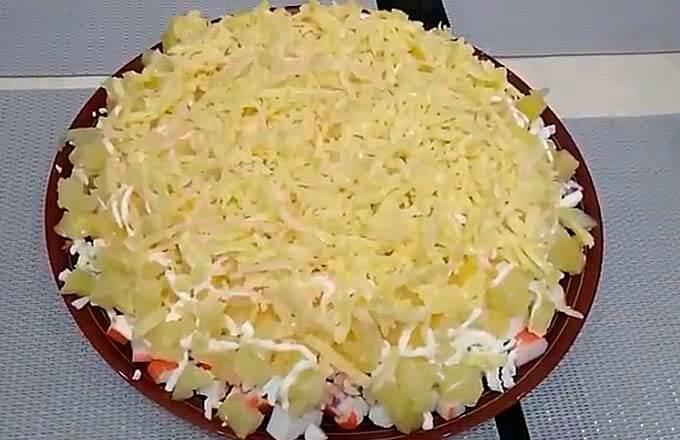 salat-s-krabovymi-palochkami-i-ananasom