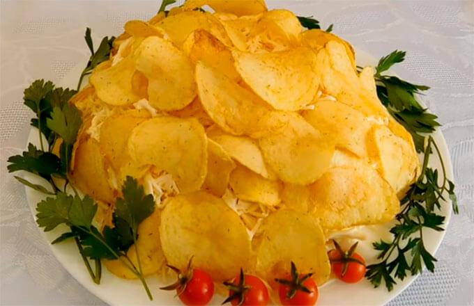 salat-s-krabovymi-palochkami-i-chipsami