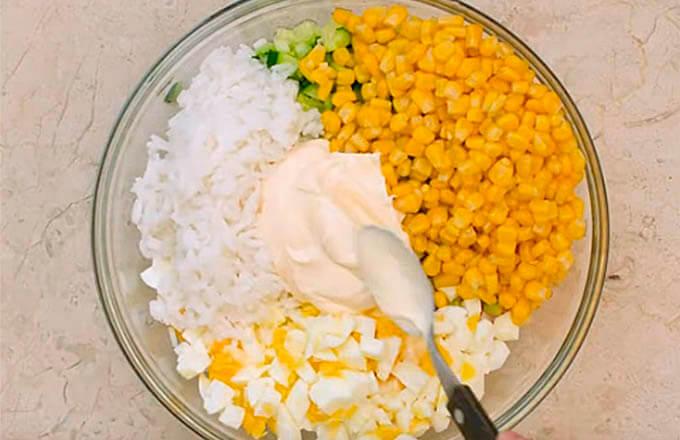 salat-s-krabovymi-palochkami-i-risom