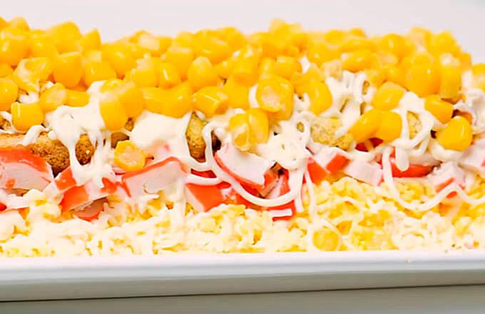 salat-s-krabovymi-palochkami-i-suharikami
