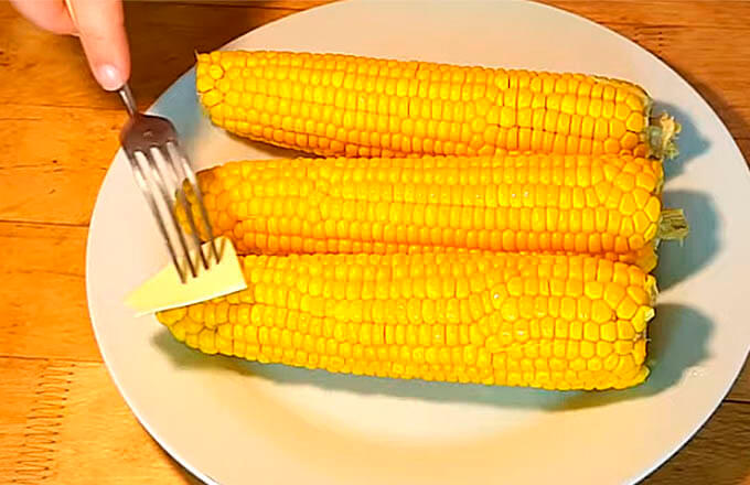 otvarnaja-kukuruza-s-maslom