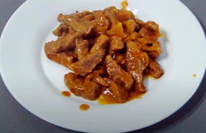 befstroganov-iz-govjadiny-so-slivkami-i-tomatom
