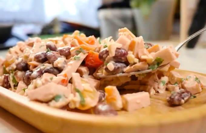 salat-iz-kopchjonoj-kuricy-i-fasoli