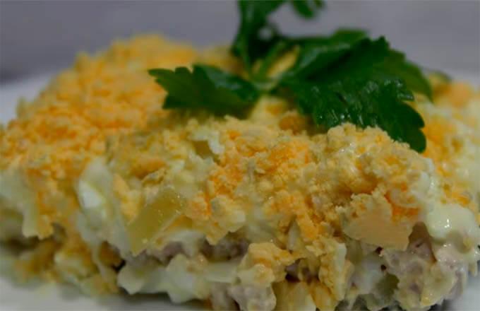 salat-iz-kopchjonoj-kuricy-i-marinovannymi-gribami