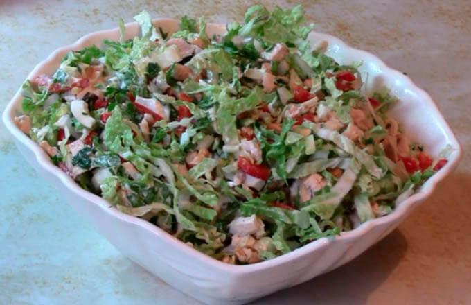 salat-s-kopchjonoj-kuricej-i-pekinskoj-kapustoj