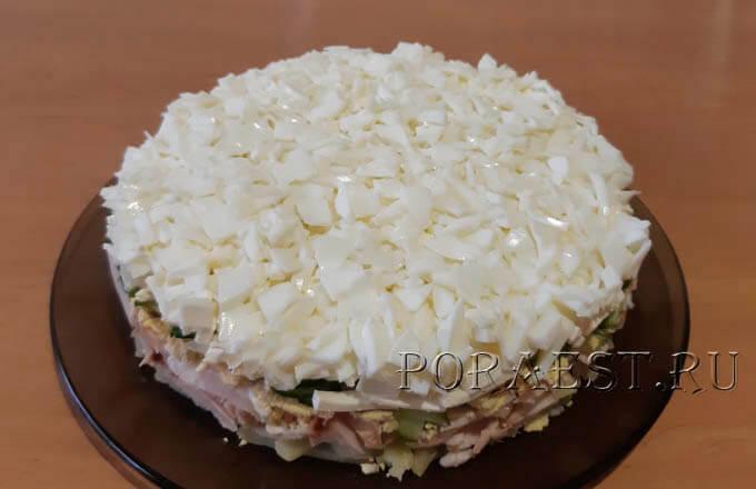 salat-s-kopchjonoj-kuricej-i-svezhimi-ogurcami