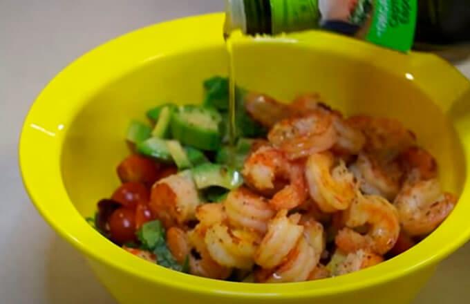 recept-salata-s-krevetkami-iz-avokado_5