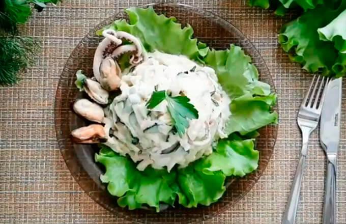 salat-iz-morskogo-koktejlja-v-masle