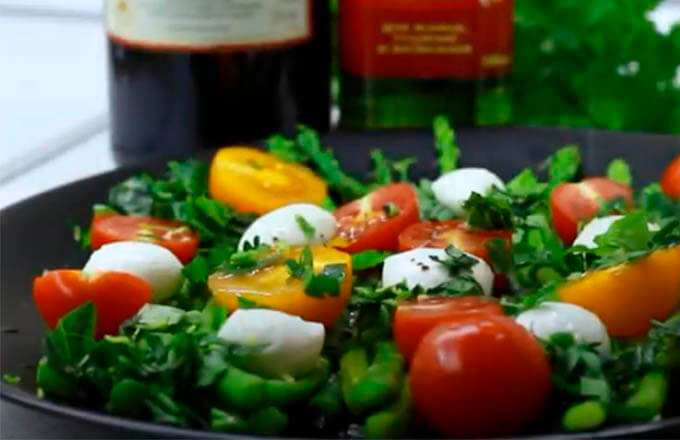 salat-s-macarelloj-i-sparzhej