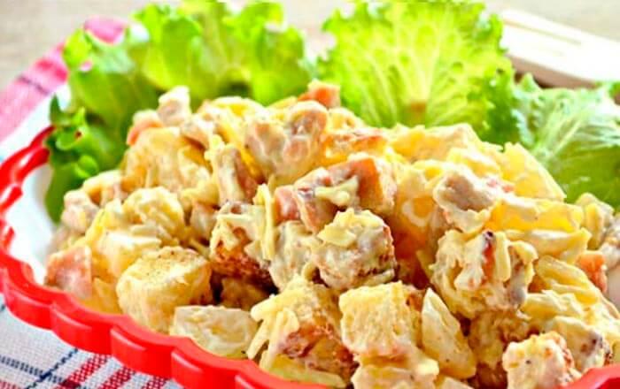 hrustjashhij-salat-s-kuricej-i-ananasami
