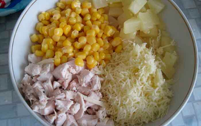 ingredienty-dlja-salata-s-kuricej-ananasami