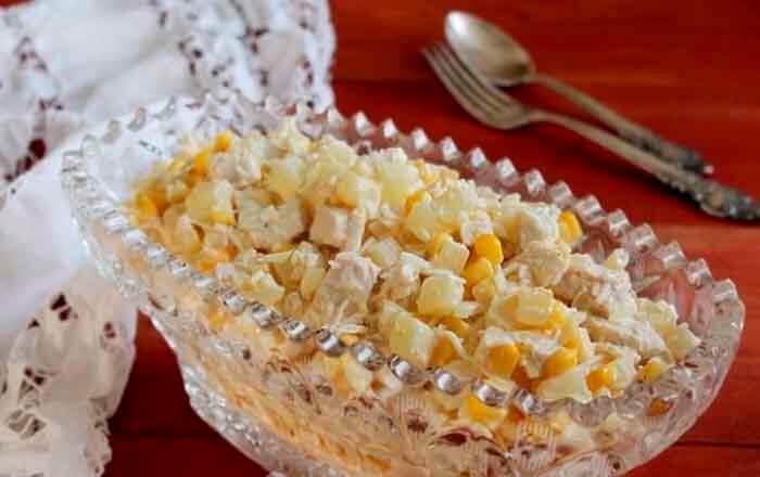 klassicheskij-salat-s-kuricej-i-ananasami