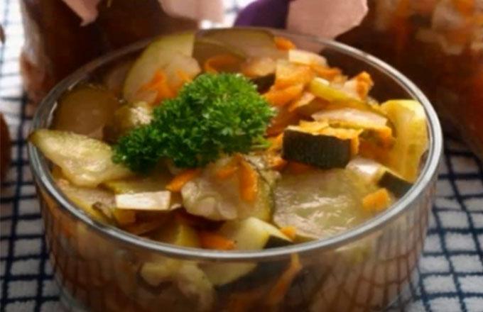salat-iz-kabachkov-i-ogurcov-v-tomate
